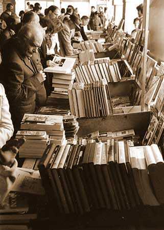 Avventori in una libreria ambulante